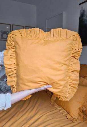 Bawełniana poszewka (jasiek) z ozdobną falbaną w miodowym kolorze 40x40 - Nasze Domowe Pielesze