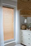 Żaluzje bambusowe 25mm w kolorze graham z widoczną i naturalną strukturą drewna na oknie w salonie.