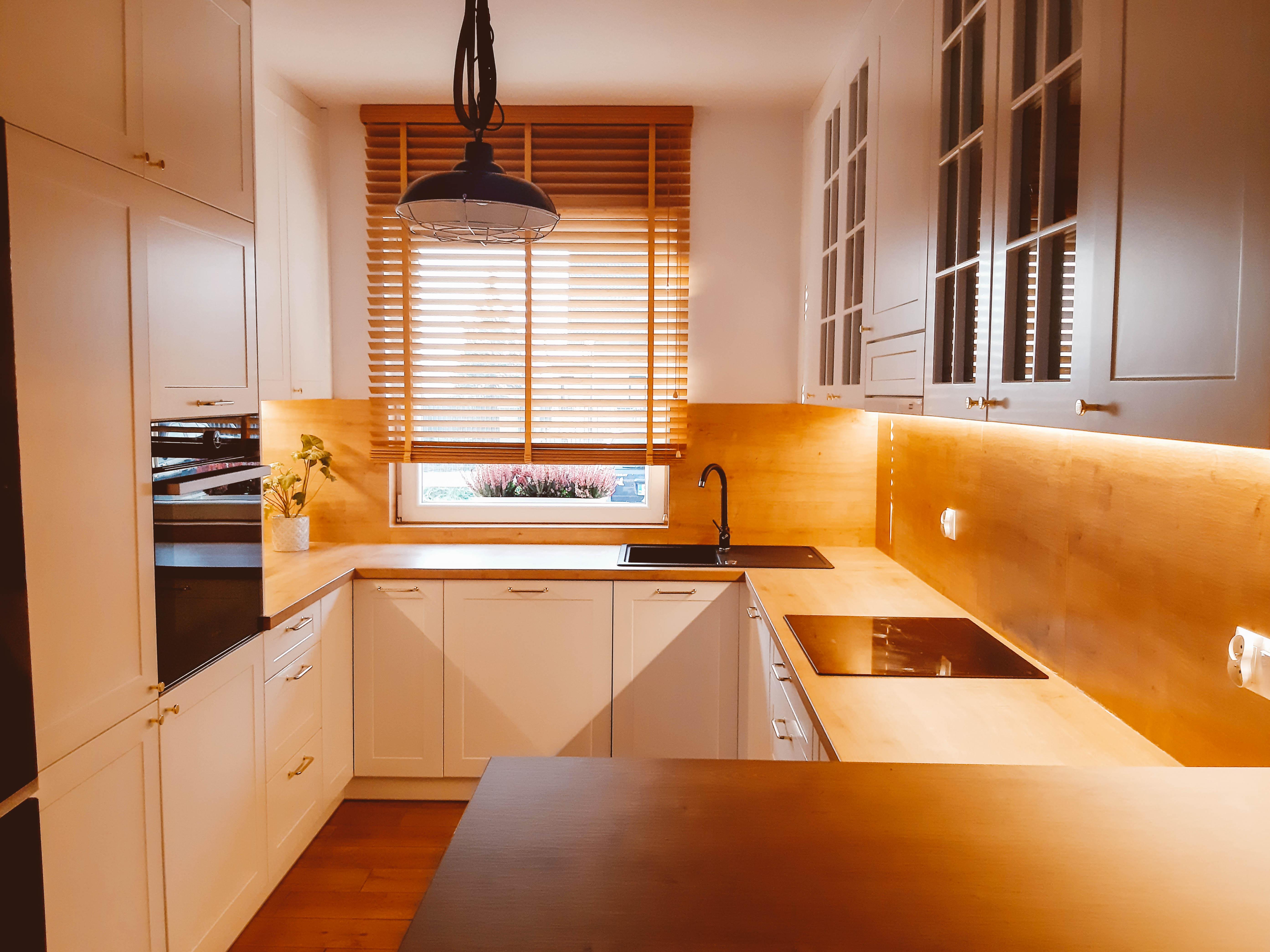 żaluzje drewniane kuchnia z elementami drewna