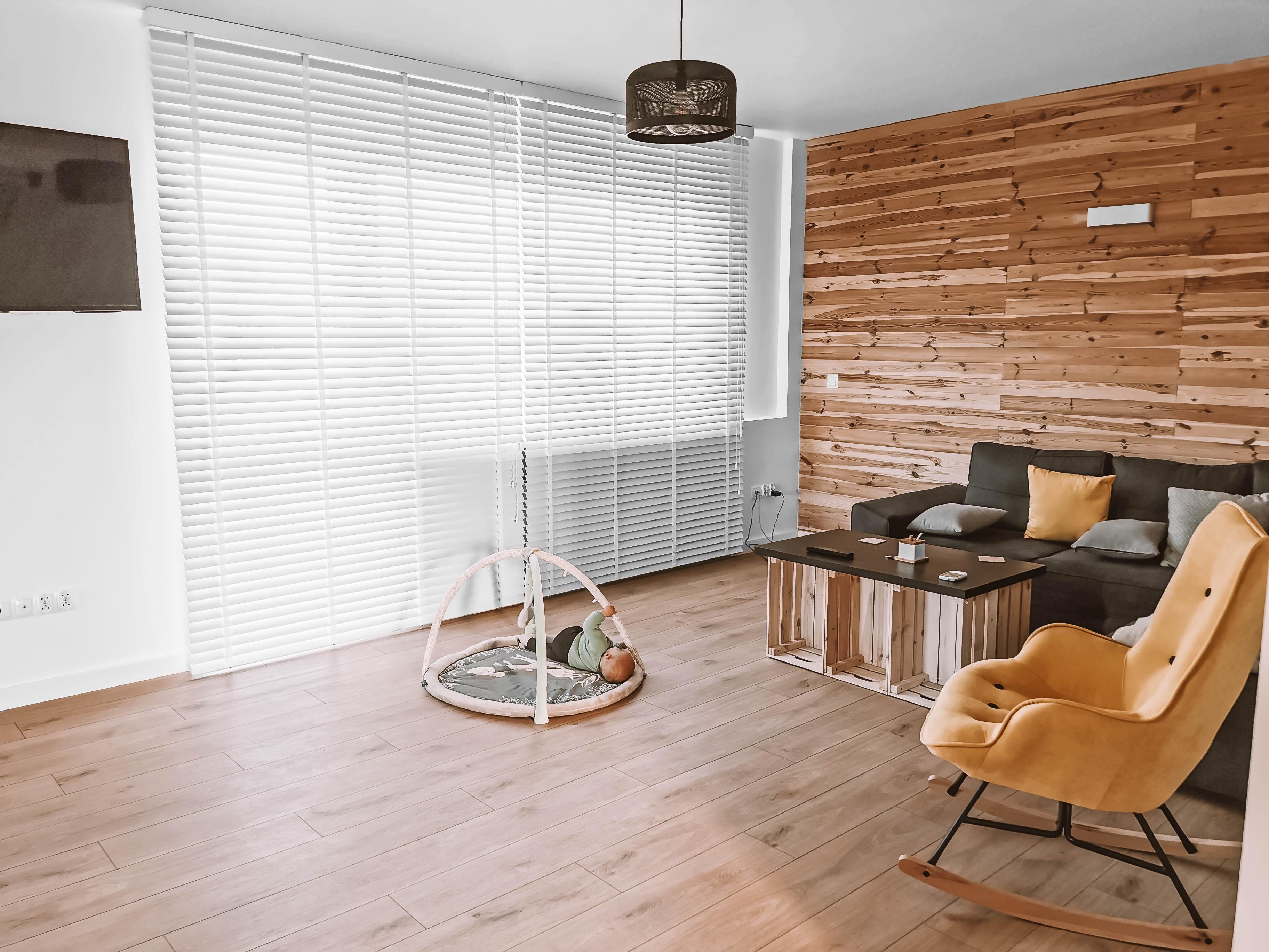 żaluzje drewniane montowane do sufitu