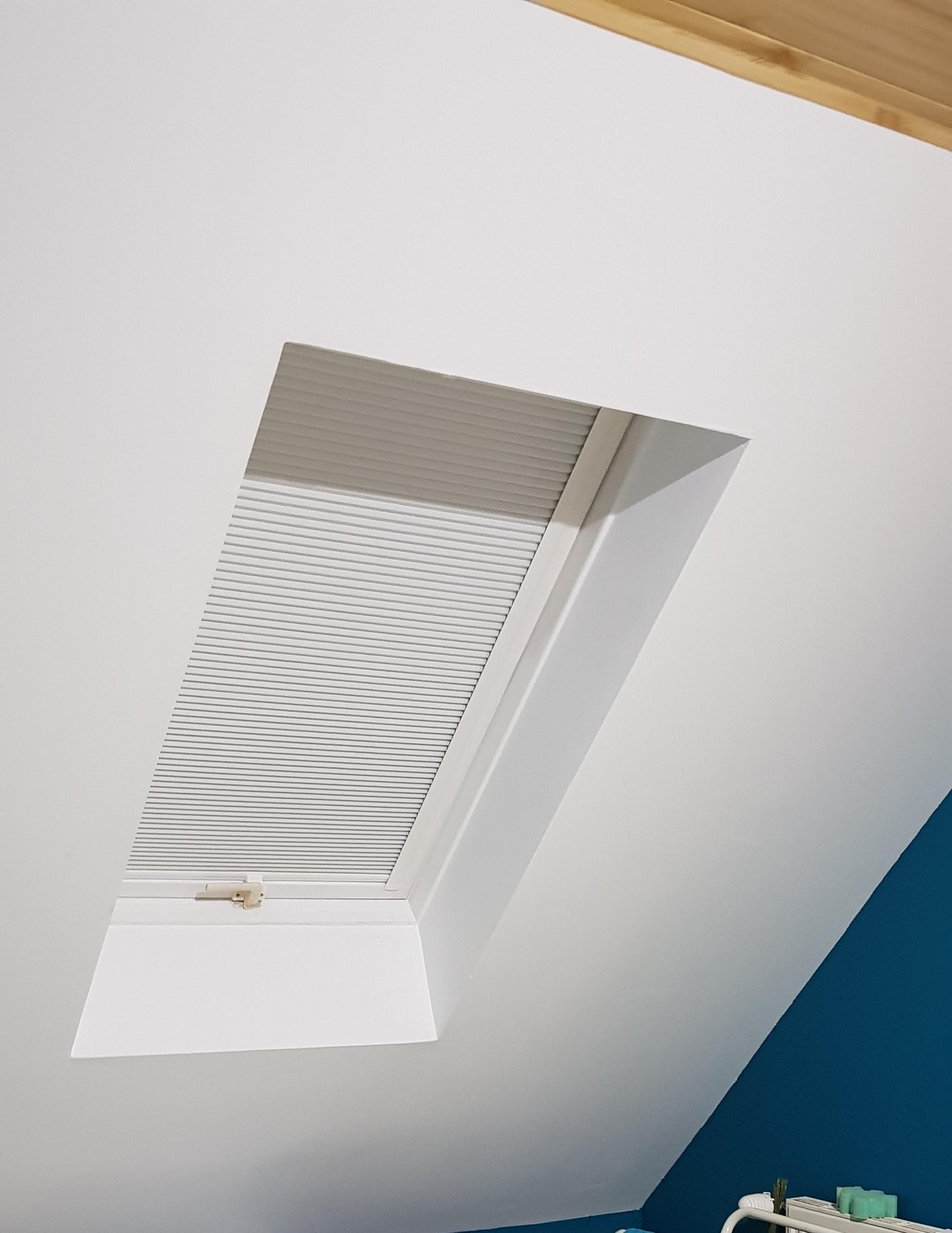 plisa na oknie dachowym honeycomb