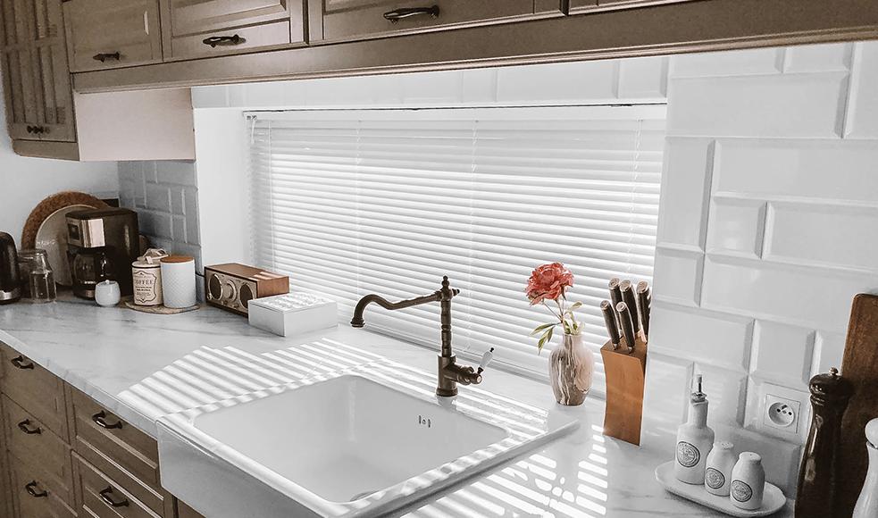 zaluzje aluminiowe w kuchni