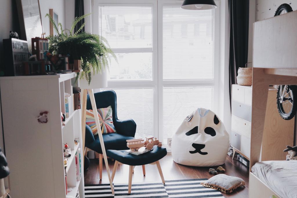białe żaluzje drewniane w pokoju dziecka