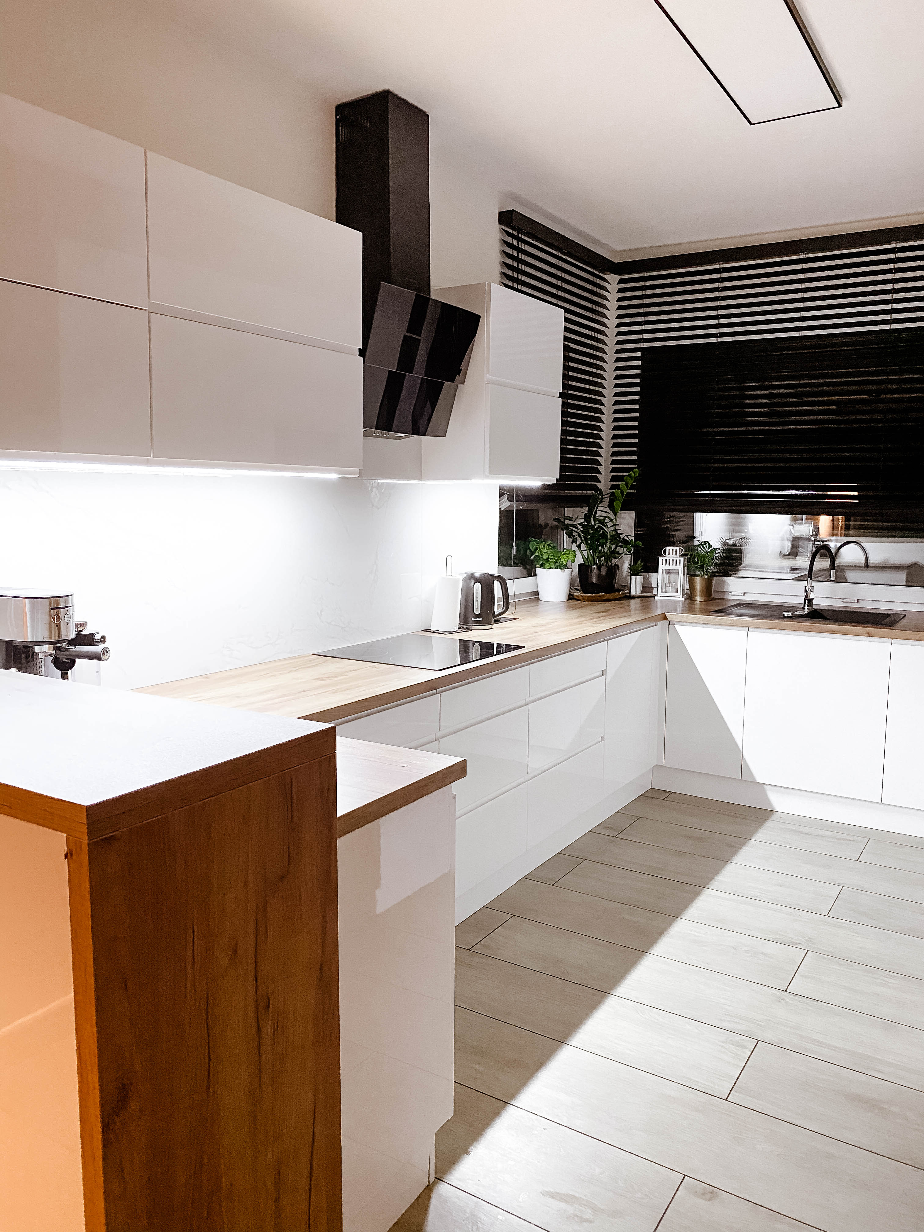 biała kuchnia czarne żaluzje nasze domowe pielesze