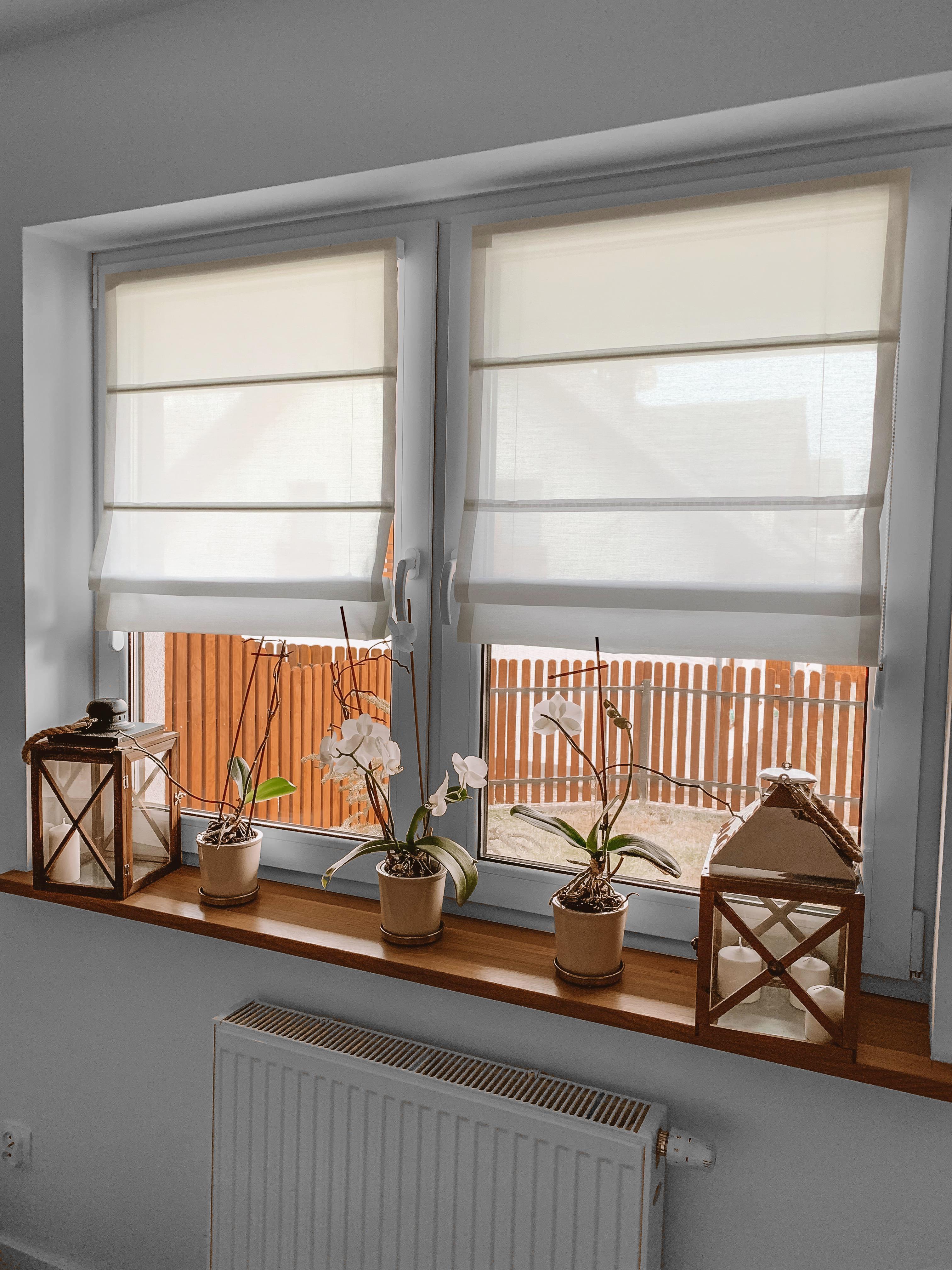 rolety rzymskie na ramie okna