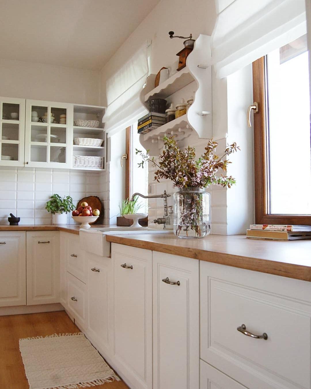 białe rolety rzymskie w kuchni