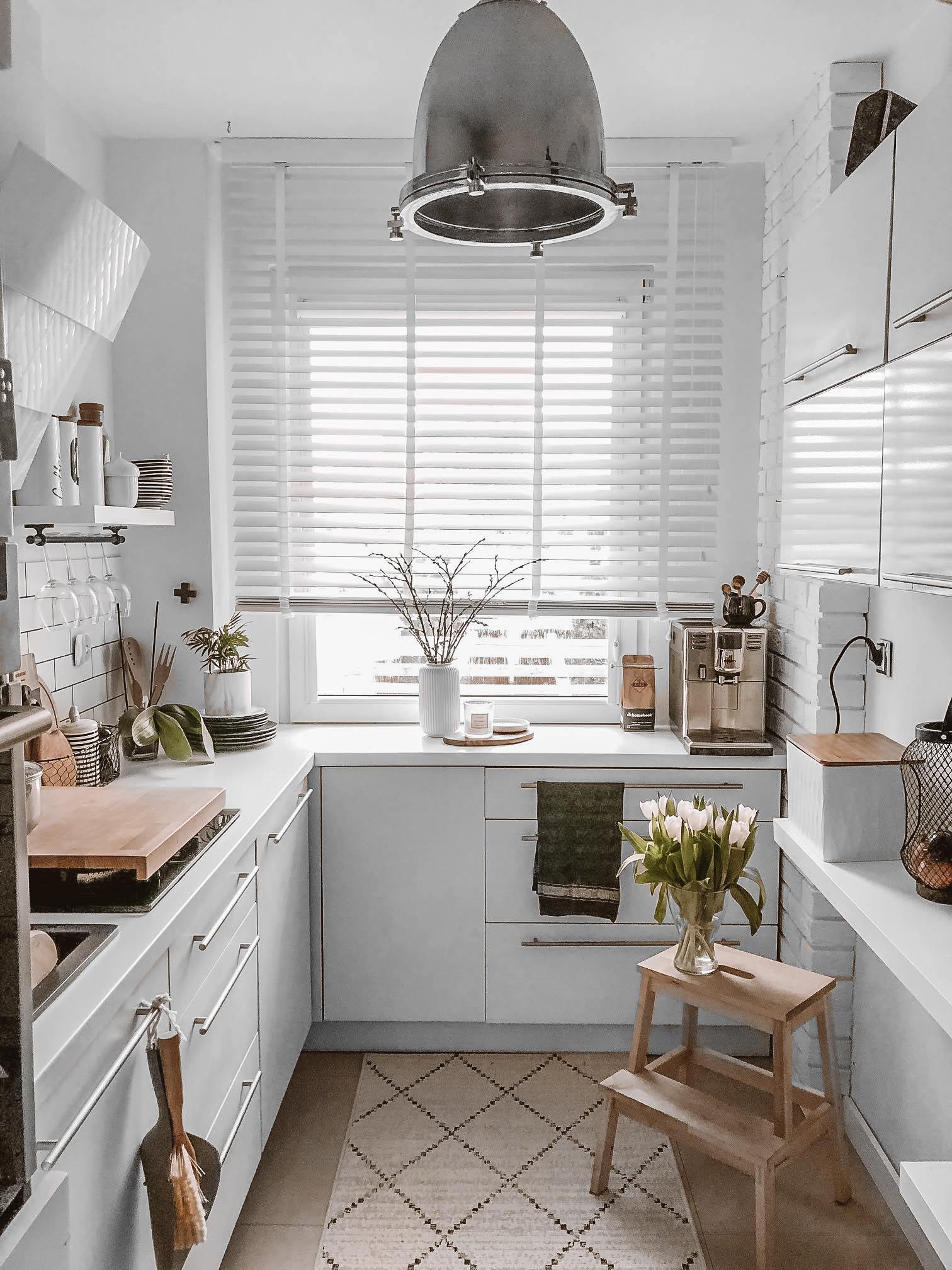 biala żaluzja drewniana w kuchni
