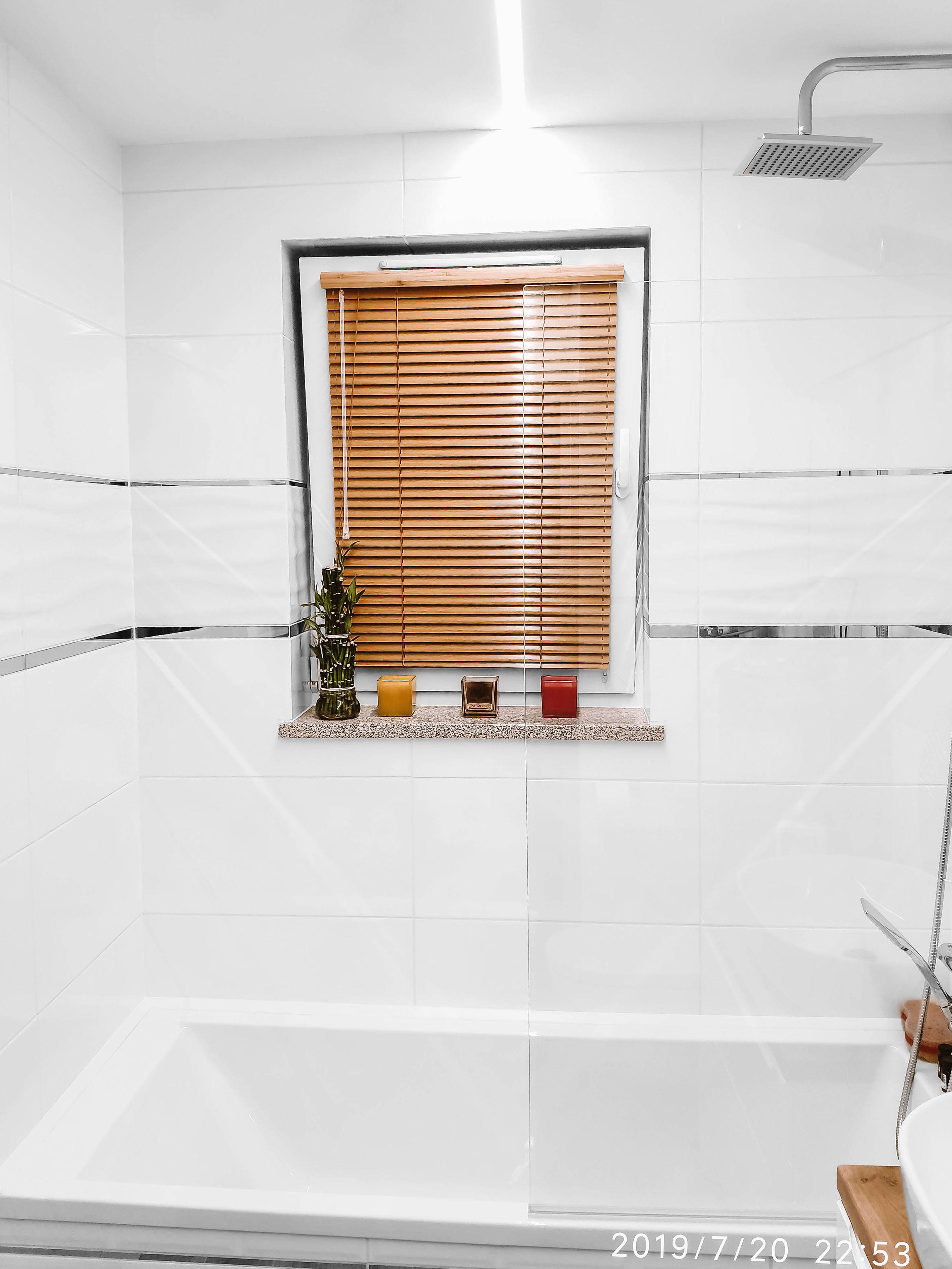 zaluzja aluminiowa drewnopodobna w łazience