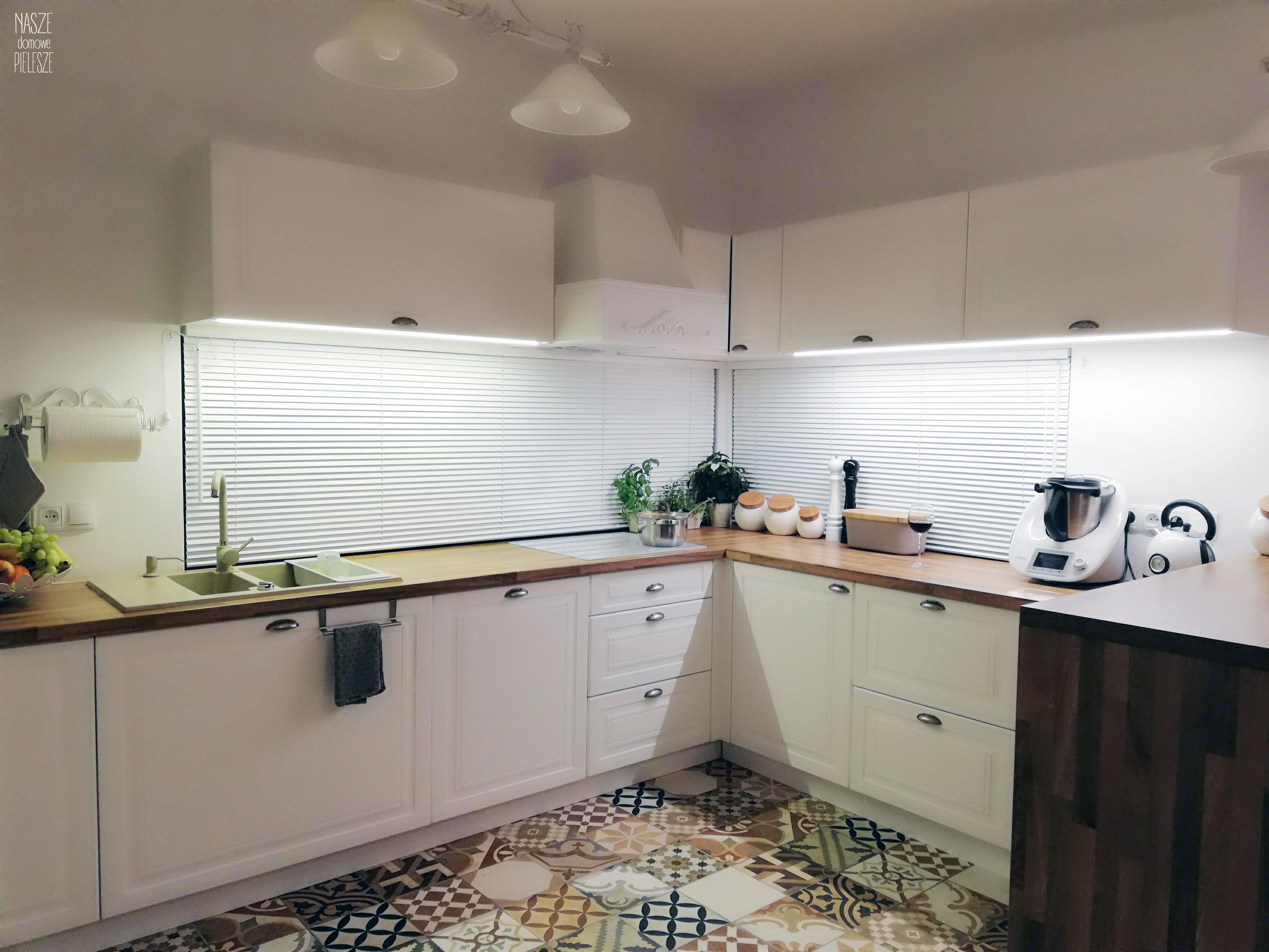 zaluzje drewniane na oknie podłużnym w kuchni