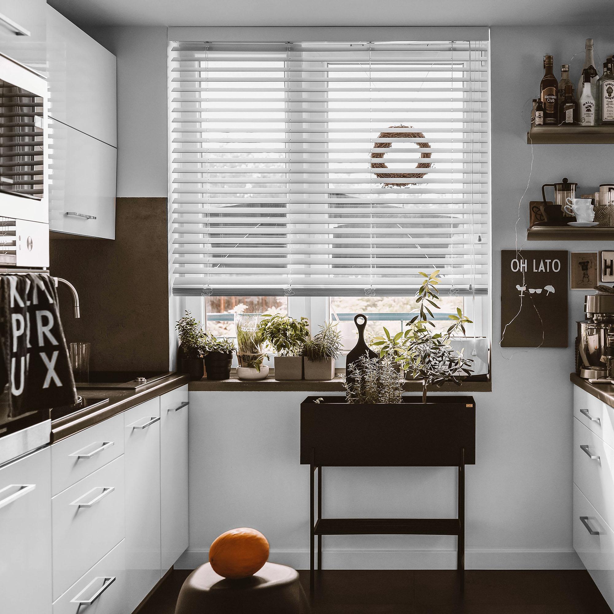 biała żaluzja drewniana w kuchni